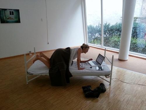 vrouw bed strekt (500x375)