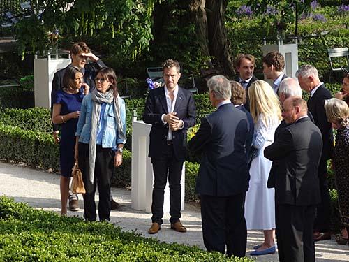 3 De kleinzoon van Calder, Alexander S. C. Rower, president van de Calder Foundation , gaf een rondleiding voor special invitees