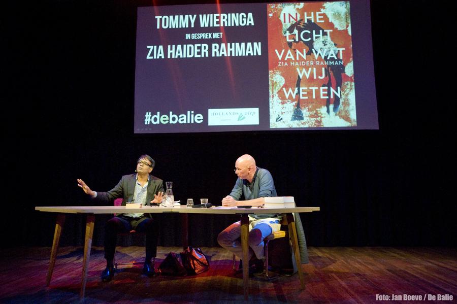 Nederland Amsterdam 17 september 2015. In het licht van wat wij weten. Zia Haider Rahman in gesprek met Tommy Wieringa. Foto: Jan Boeve / De Balie