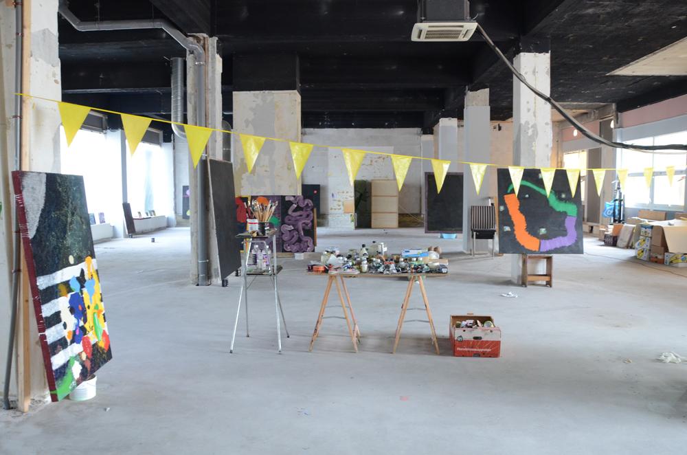Alex de Vries op atelierbezoek bij Aquil Copier